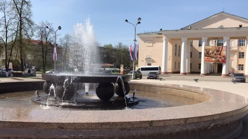 На солнечной площади Гознака заработал фонтан