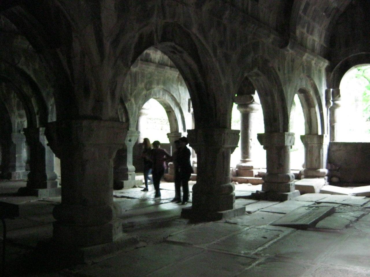 могильные плиты на полу древней церкви