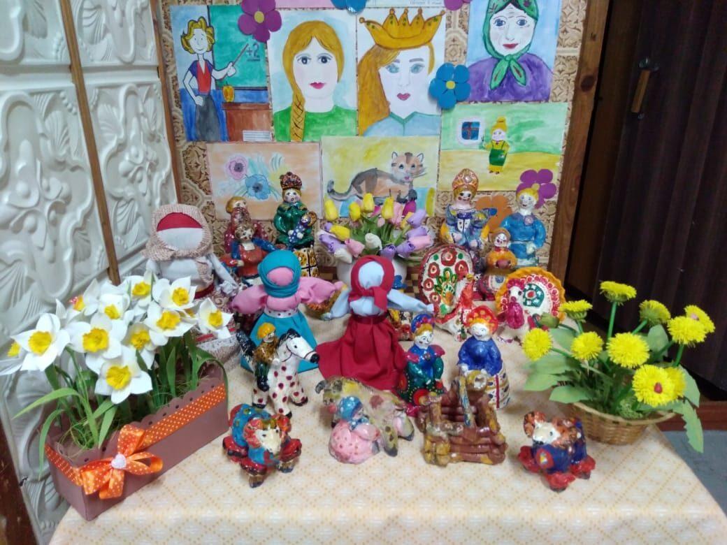 В подростковом доме культуры «Мечта» города Петровска подготовили выставку детского творчества, посвящённую Международному дню семьи