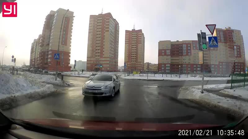 В Бресте на перекрестке столкнулись два автомобиля ДТП попало на видеорегистратор