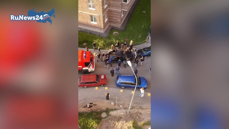 Жители Мурино на руках передвигают авто освобождая путь пожарным RuNews24