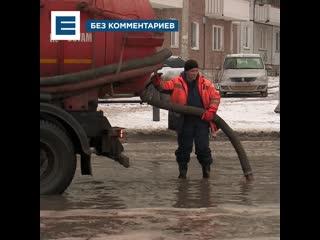 На Свердловской из-за коммунальной аварии разлилась гигантская лужа