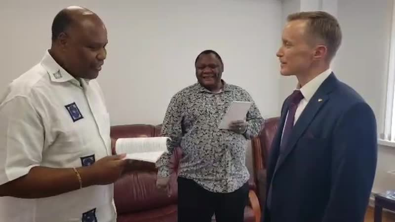 Передача книг Альтернативный Глобализационный Сценарий послу Республики Мозамбик г ну Марио Сарайва Нгвения