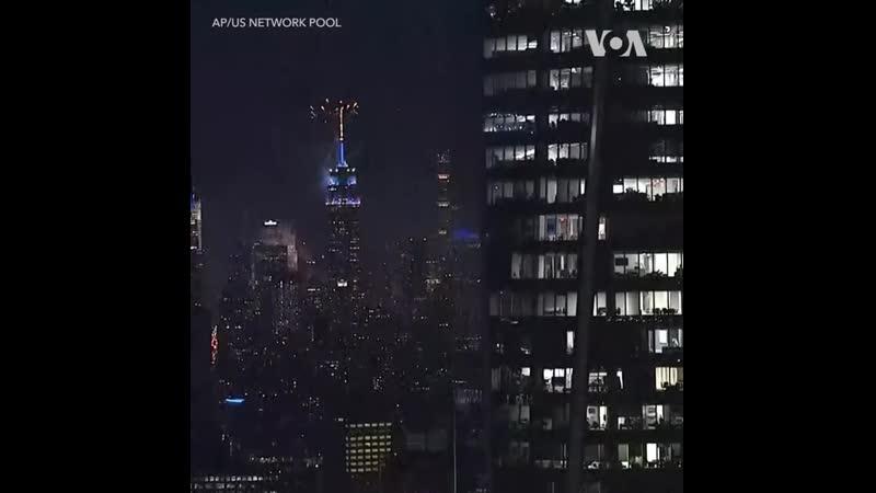В честь Дня независимости салют запущенный с вершины Эмпайр стейт билдинг озарил небо над Манхэттеном 🇺🇸4 июля США отпраздн