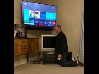 Отец принёс старый телевизор, потому что дети разбили новый. Просто послушайте этот смех сквозь боль, когда он осознал, что эт