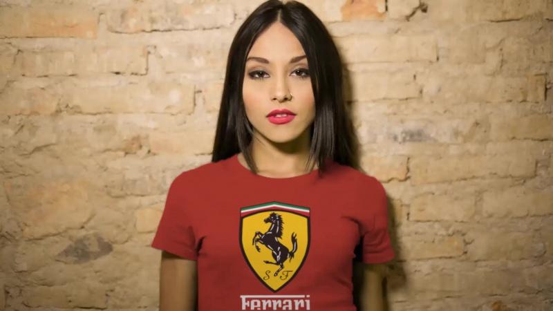 Красивая девушка в футболке Ferrari