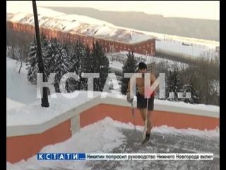 Обнаженный спортсмен в 20-ти градусный мороз покоряет городские склоны