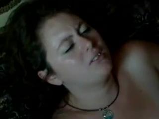 Пухленькая жена занимается оральным сексом с любовником при муже.
