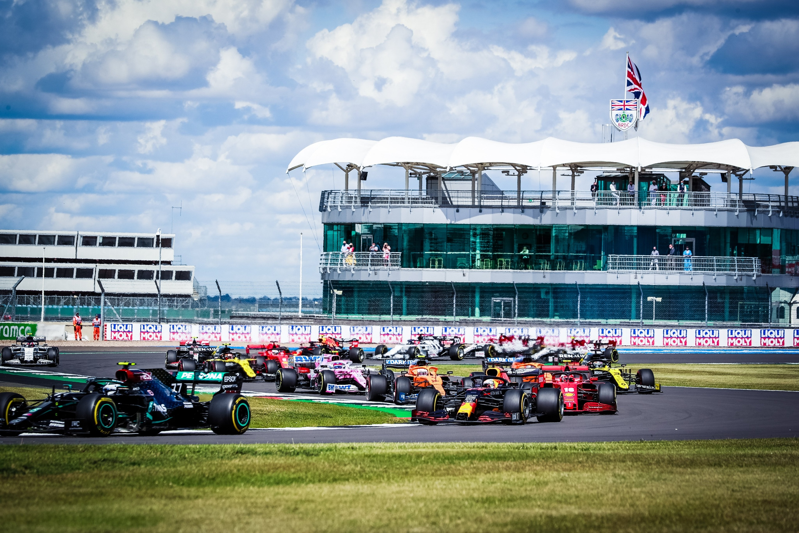 Старт гран-при Формулы-1 на автодроме Сильверстоун