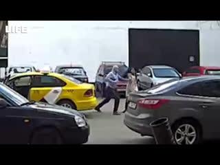 Таксист избил и вышвырнул из машины девушку в Москве