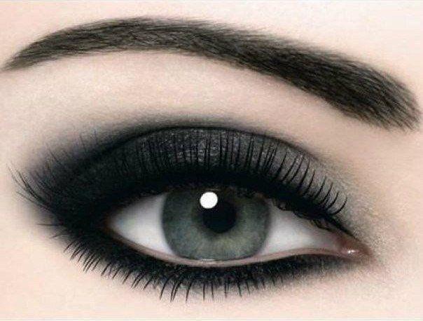 Smoy Eyes 1. Возьмите мягкий карандаш - его цвет зависит от выбранного оттенка теней. Хорошо смотрится карандаш в тон ваших бровей. Можно использовать в дымные глаза серо-черную или