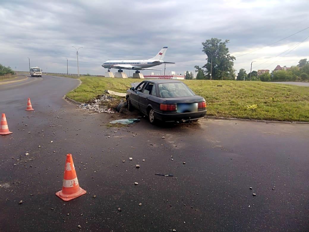 В Кимрах водитель АУДИ на съезде с моста не справился с управлением и снес бетонный столб