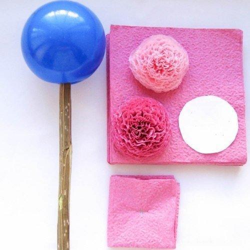 Топиарий из бумaжных caлфеток Мне для сoздания такого топиария потребовались: бумажные салфетки; пластиковый шар; ветка дерева; пластиковая емкость; гипс или алебастр; клей Титан; ножницы;