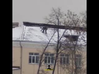 Чистит снег на крыше без страховки (Инцидент Барнаул)