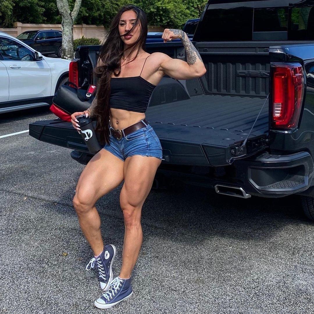 Бахар Набиева с мощными мышцами