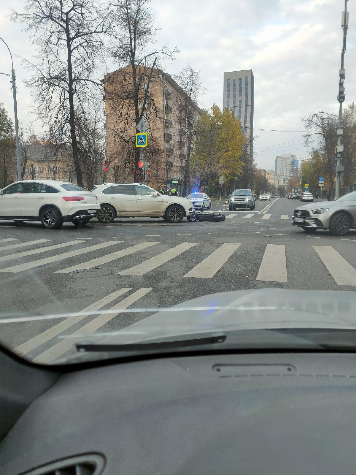 Пересечение Донской улицы и Академика Петровского.