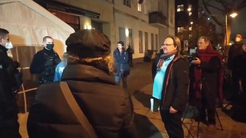 Versammlung in Prenzlauer Berger Kneipe geht dem Ende zuSelbst Rainer Füllmich mit Nerven am Ende