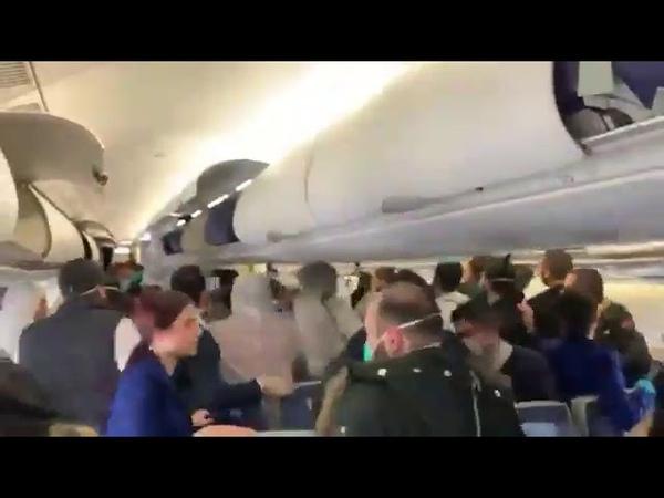 Auf einem saudischen Flug brach ein Kampf aus als Passagiere sich weigerten eine Maske zu tragen
