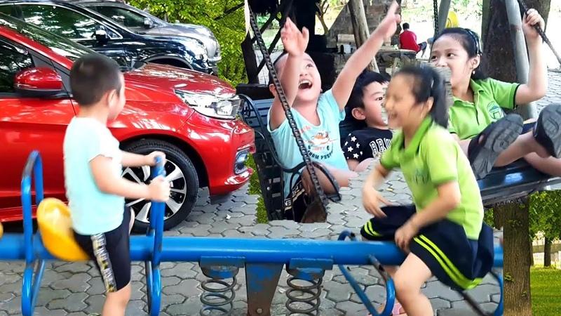 Gia Linh em Cò chơi Cầu trượt Cầu Bập Bênh trong khu du lịch sinh thái Bảo Sơn